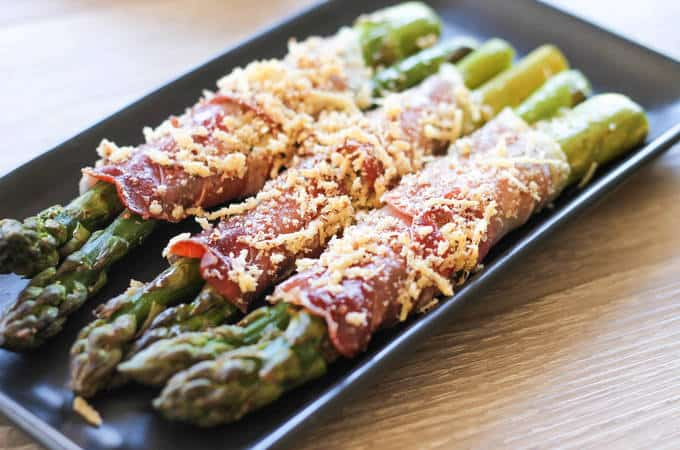 A perfectly simple healthy recipe for low-carb prosciutto wrapped asparagus - using only 5 ingredients. Perfect for entertaining guest this holiday season. | ditchthecarbs.com