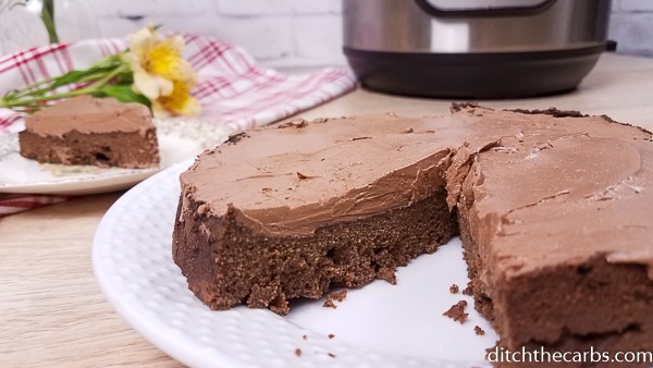A delicous low-car Instant Pot chocolate cake for special occasion or just treat! #lowcarbinstantpotchocolatecake #instantpot #ditchthecarbs #lowcarb #keto #glutenfree #sugarfree #healthyrecipes #familymeals
